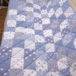 Красивое самодельное лоскутное одеяло в бело-голубых тонах