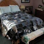 Лоскутное одеяло, сшитое из джинсовых квадратов смотрится оригинально