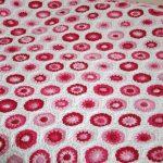 Малиново-розовые шестиугольники на белом фоне