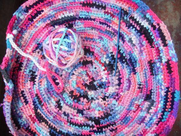 Круглый коврик из необычного клубка