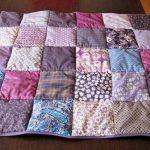 Небольшое одеяльце из разноцветных лоскутков