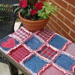 Небольшой сине-красный коврик на уличную скамейку