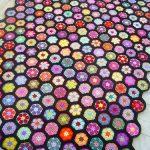 Необычное цветочное покрывало с разноцветными вязанными цветками