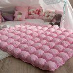 Нежное и воздушное розовое одеяло в технике бонбон