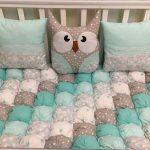 Одеяла-бонбон и подушки с совушками для кроватки мальчика ручной работы