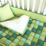 Одеяло-бонбон в зелено-голубых тонах отлично подойдет в кроватку как одеяло и покрывало