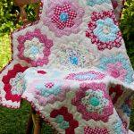 Одеяло из маленьких шестиугольников в техник пэчворк