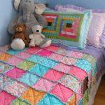 Одеяло из разноцветных квадратиков с рюшами в лоскутной технике