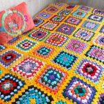 Одеяло-покрывало с желтым фоном и разноцветными квадратами