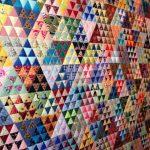 Огромное лоскутное одеяло из маленьких треугольничков