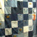 Оригинальное оформление пледа из джинсов с карманами