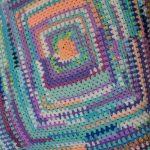 Плед для дачи из разноцветных остатков пряжи