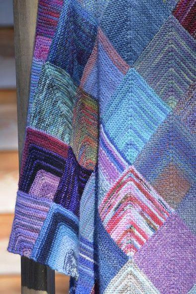 Плед из разноцветных квадратиков