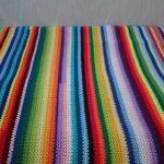 Плед из разноцветных полосок для реализации остатков пряжи