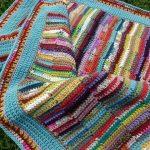 Плед из разноцветных полосок, обвязанных крючком
