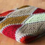 Плед с ажурными ромбиками из разноцветной пряжи