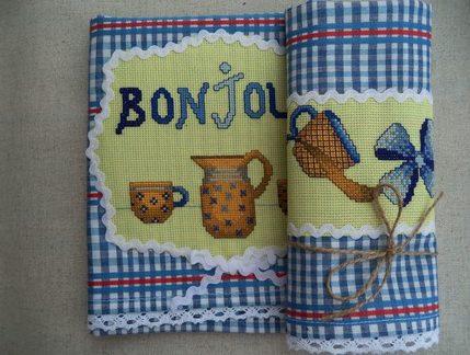 Полотенце с вышивкой и кружевом