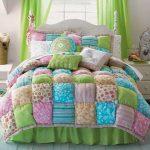Разноцветное лоскутное одеяло-бонбон с подушками для кровати