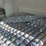 Разноцветное одеяло-бонбон на двуспальную кровать