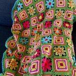 Разноцветные цветочки на зеленой полянке, выполненные крючком