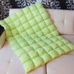 Салатовое объемное одеяло в технике бонбон