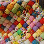 Шикарное декоративное одеяло бонбон с разноцветными деталями