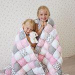 Шикарное нежное одеяло для декора в интерьере детской комнаты