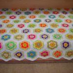 Шикарные цветочные элементы на белом вязанном пледе