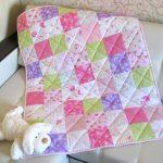Стеганое одеяло для девочки в интерьере комнаты