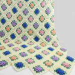 Светлый цветочный плед с яркими мотивами-цветами