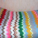Яркий и необычный вязанный плед из разноцветных остатков пряжи