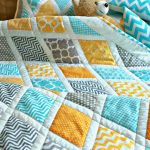 Зигзаги, волны и облака на квадратах детского лоскутного одеяла