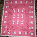 Ажурный розовый плед с зайчиками для маленькой девочки