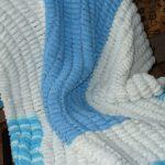Бело-голуюое мгкое и пушистое одеялко для малыша