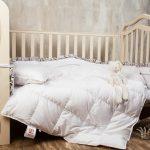 Белое пуховое оедяло в кроватку дошкольника