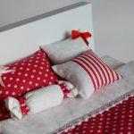 Белый горошек на красном фоне для кукольной кроватки