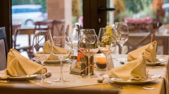 Празднично-сервированный стол