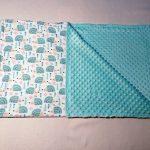 Голубые ежики на детском одеяле