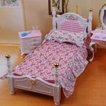 Миниатюрная кроватка и постельное ручной работы для куколки
