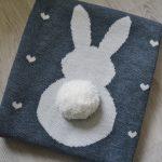 Оригинальный вязанный плед из шерстяной пряжи с милой аппликацией в виде зайчика