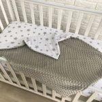 Плюшевый плед нейтрального цвета для детской кроватки
