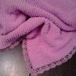 Розовый плед с ажурной каймой ручной работы