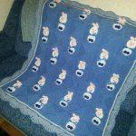Синий вязанный плед для малыша