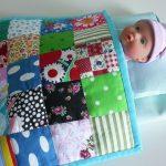 Стеганое лоскутное одеяло и светлое постельное для куклы