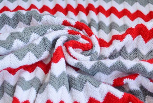 Плед в серо-бело-красных цветах