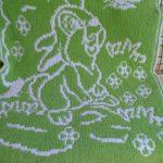 Зелено-белый плед с зайкой на полянке
