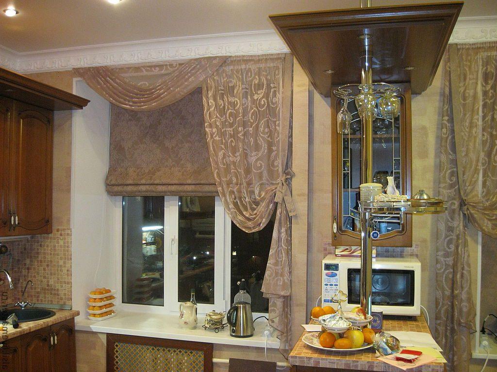 Асимметричные шторы на окне современной кухни