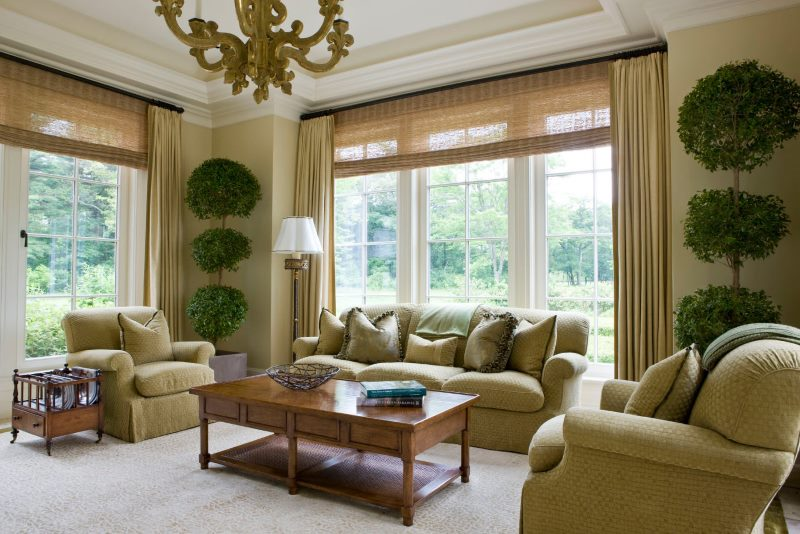 Рулонные бамбуковые шторы в интерьере гостиной