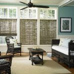 Мебель из ротанга в гостиной с бамбуковыми шторами