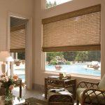 Римская штора из бамбука на окне гостиной